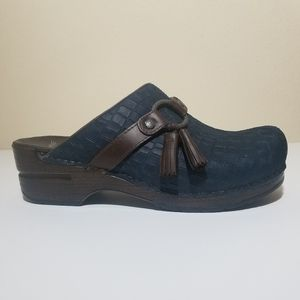 NWOT Dansko Shandi Blue suede brown leather clogs